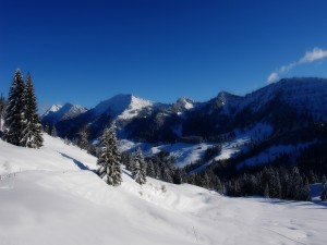 Cielo azul sobre las montañas nevadas