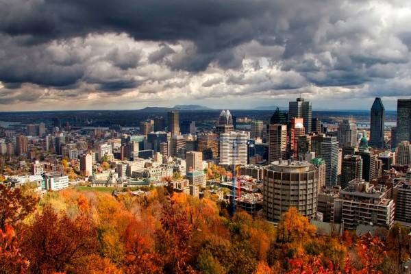 Vista de una ciudad en otoño