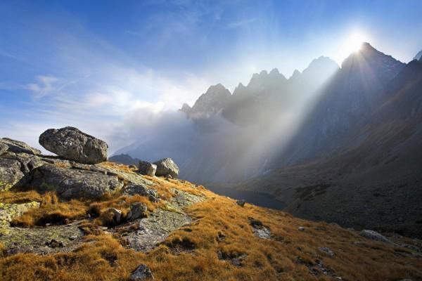 Sol sobre la cima de una montaña