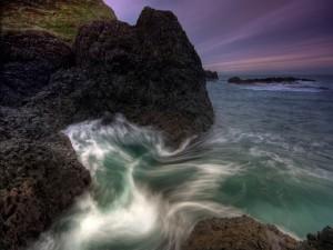 Postal: Movimiento del agua entre las rocas