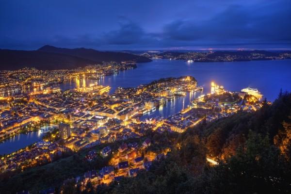 Bellas vistas de una ciudad al anochecer