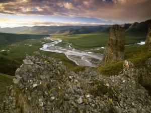 Río en un hermoso valle