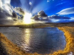 Postal: Sol brillando sobre un lago