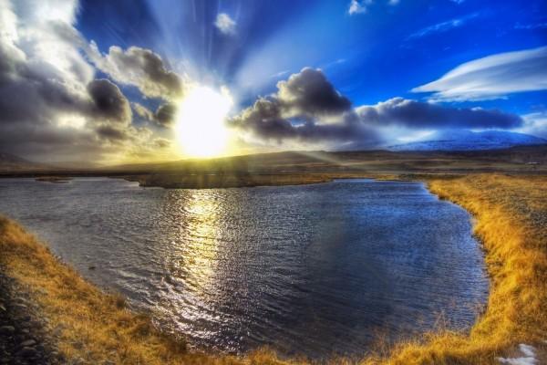 Sol brillando sobre un lago