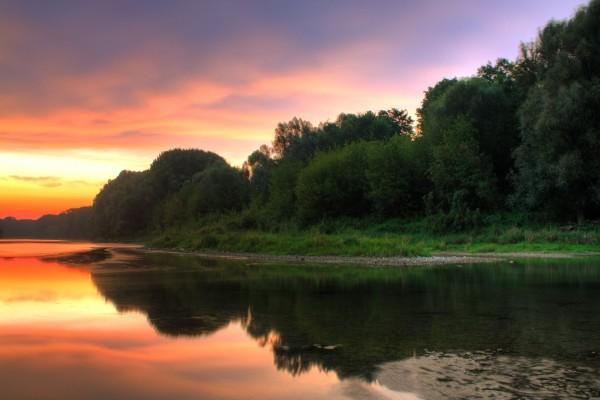 Hermoso cielo reflejado en una orilla
