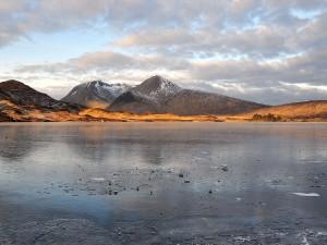 Montañas junto a un lago congelado