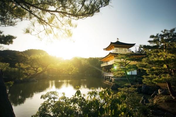 El sol brillando junto al Pabellón Dorado (Kyoto, Japón)