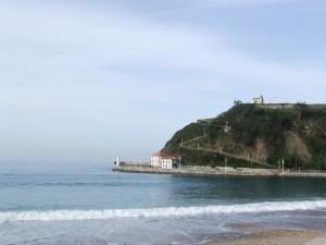 Postal: Playa de Santa Marina con vistas a la ermita de Guía (Ribadesella, Asturias)