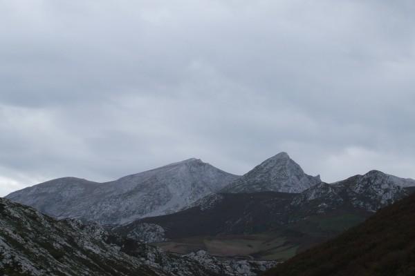 Nubes sobre unas montañas de los Picos de Europa (Asturias)