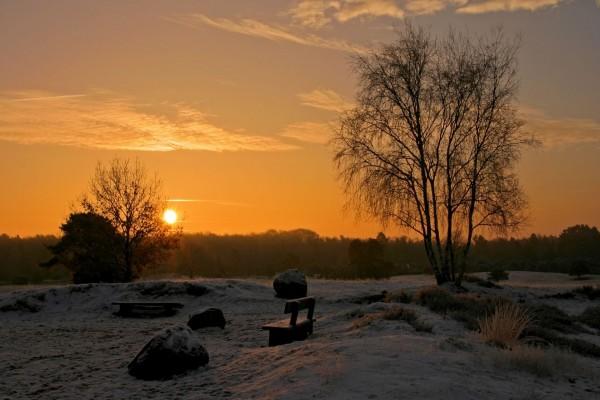 Bonito amanecer en un lugar cubierto de nieve