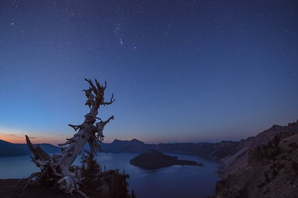 Hermoso cielo estrellado sobre un lago