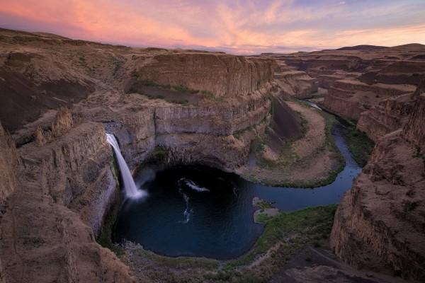 Hermosa cascada en el cauce de un río