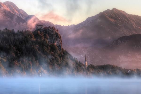 Bruma sobre el agua y las montañas