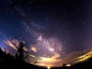 Cielo cubierto de estrellas al amanecer