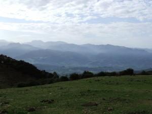 Postal: Pueblos y montañas en los Picos de Europa (Asturias)