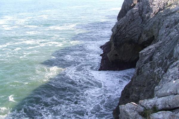 Mar entrando en el agujero de un acantilado (Asturias)