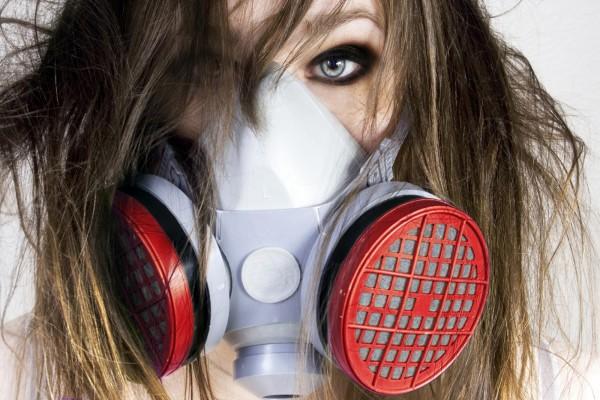 Mujer con una máscara de gas