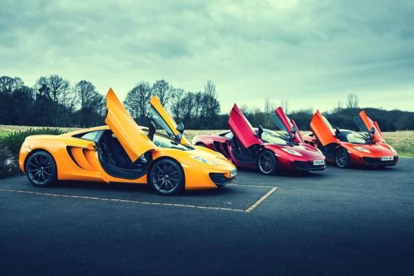 Tres deportivos de colores