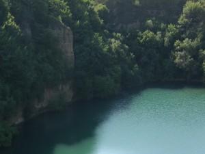 Árboles y pared de roca junto a un río