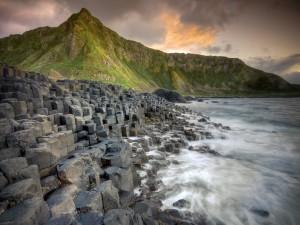Postal: Montaña verde junto al mar