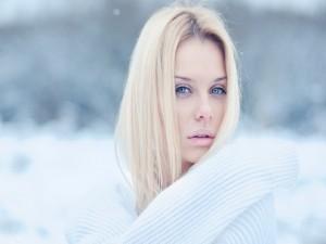 Mujer abrigada en un día frío