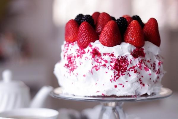 Pastel de nata con fresas frescas y moras