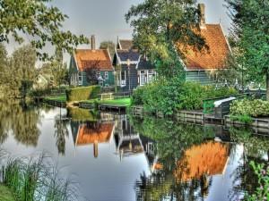 Casas reflejadas en un canal