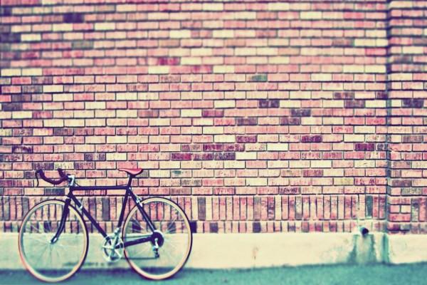 Bicicleta en una pared de ladrillo