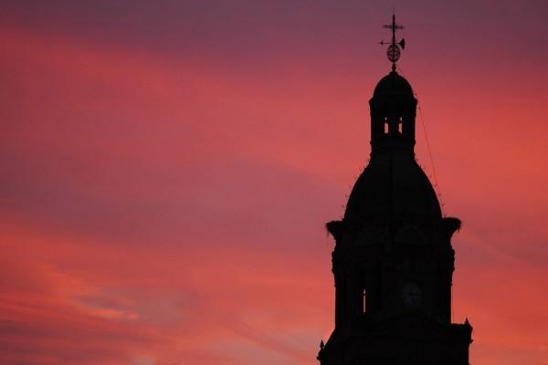 Torre de un iglesia vista al amanecer