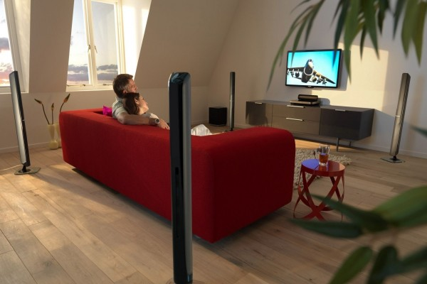 Una pareja mirando la televisión