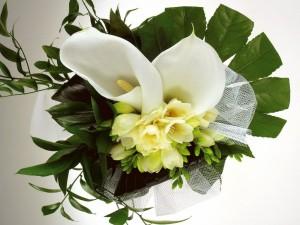 Ramo de bodas con flores blancas