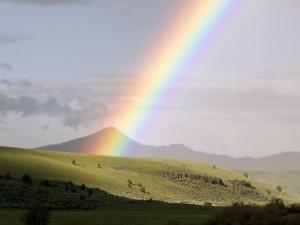 Arcoíris sobre una colina