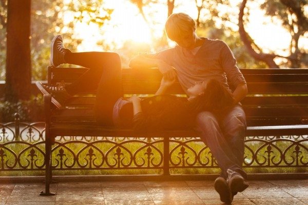 Joven pareja de enamorados en un banco