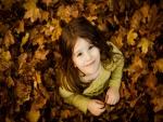 Niña disfrutando del otoño