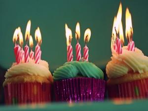 Postal: Cupcakes con velas de cumpleaños