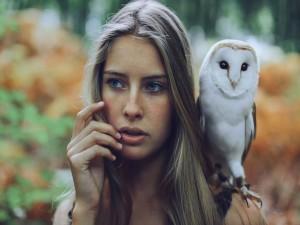 Postal: Lechuza sobre el hombro de una joven