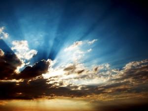 Los rayos del sol entre las nubes