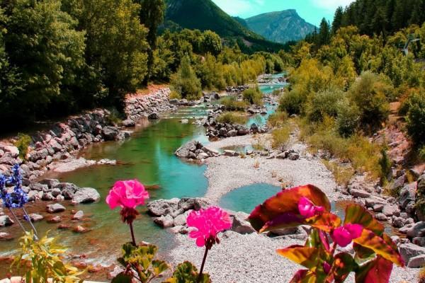 Río con poco caudal en un caluroso verano