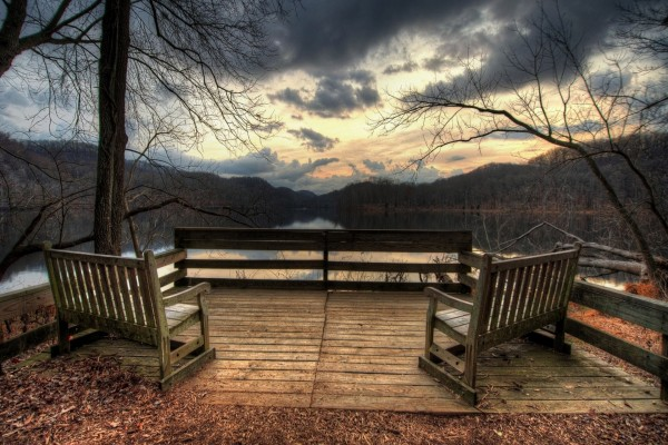 Lugar tranquilo para contemplar el lago y la puesta de sol