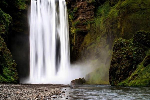 Alta cascada en una pared de roca