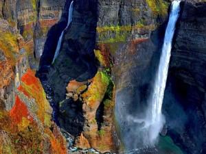 Postal: Cascadas en el colorido acantilado