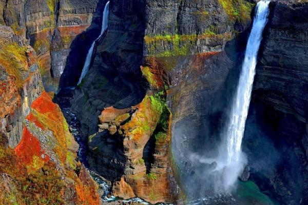 Cascadas en el colorido acantilado