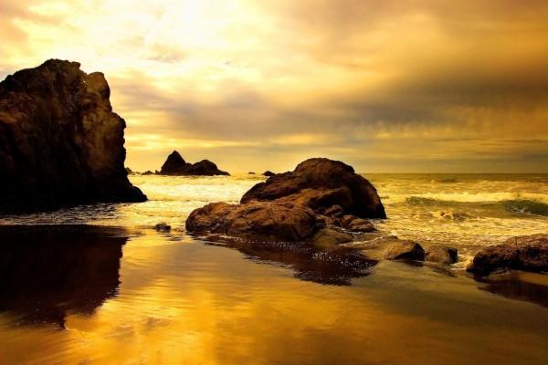 Amanecer dorado sobre una playa