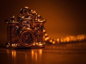 Colgante con una pequeña y antigua cámara de fotos