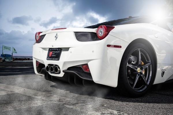 Parte trasera de un Ferrari blanco