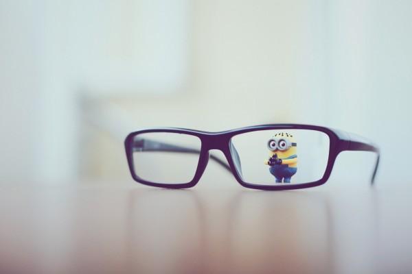 Pequeño minion tras unas gafas