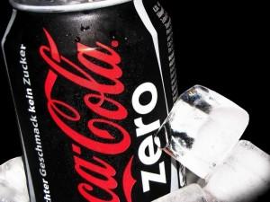 Lata de Coca-Cola Zero junto a unos cubitos de hielo