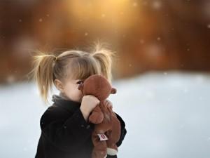 Niña con su muñeco