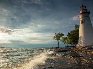 Faro junto al mar