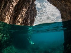Buceando entre dos paredes de roca